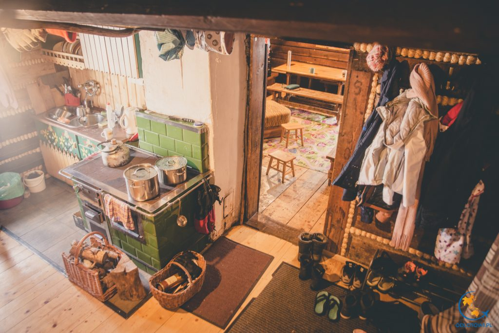 Kuchnia i widok na główną Izbę